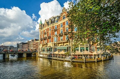 expat paying taxes in amsterdam